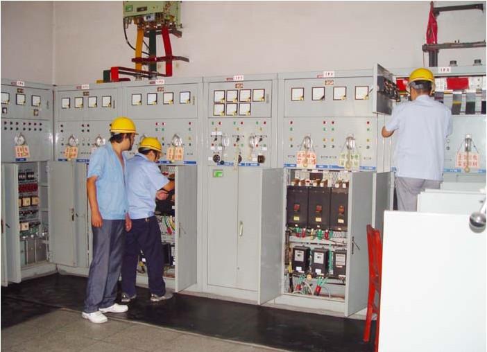 电气检测内容: 一、变、配电设备 1、 变压器接线点的温度、干式变压器的铁心温度,母线连接。 2、 低压配电柜内断路器、刀开关、互感器等的接点温度、导线连接。 3、 高低压配电室内的线路敷设及灯具的安装。 4、 配电箱的材质及进出线的护口。 5、 电缆沟盖的材质。 6、 配电室的孔洞是否封堵,竖井的孔洞是否封堵。 7、 上下级电器间是否匹配。 二、 线路敷设 1、 明敷布线是否规范。 2、 暗敷线路是否穿管。 3、 闷顶内的线路敷设。 4、 临时线路。 5、 线路是否老化、损伤。 三、 照明灯具、开关、